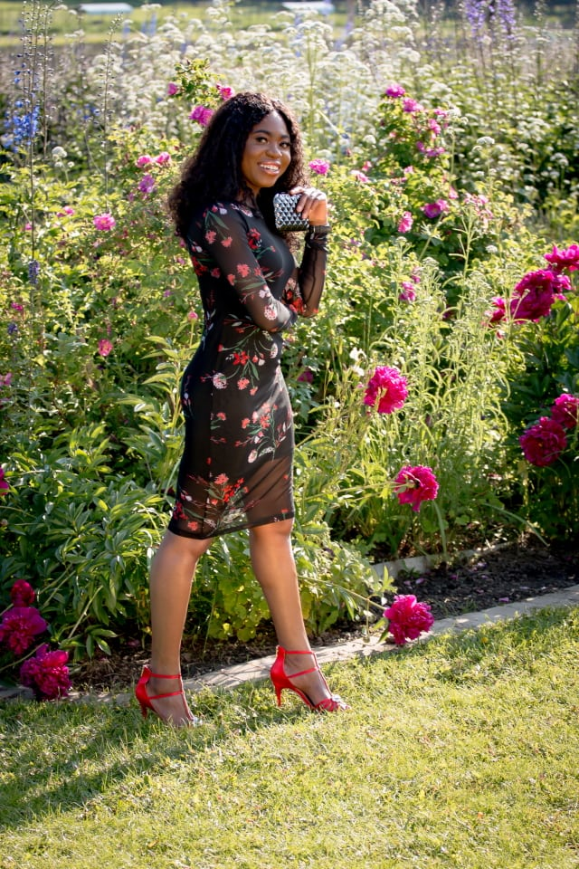 Ever been to Alaska? Find out insider tips on how to enjoy the 24-hour daylight in the summer in Fairbanks, Alaska. Obsessing over her mesh bodycon dress and how she paired it with a chic, red embellished sandals.